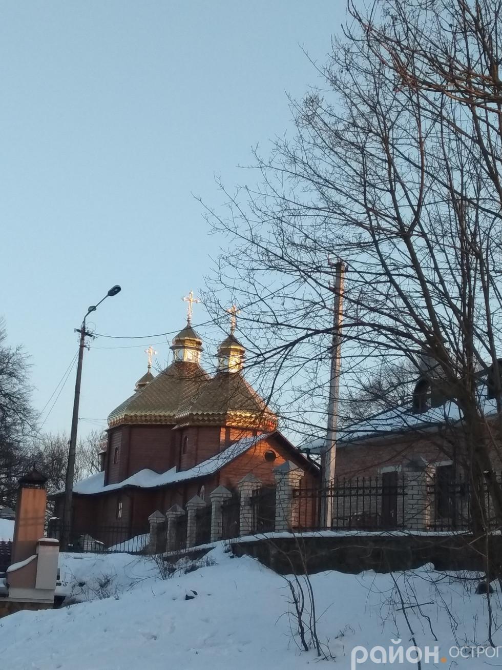 Куполи Свято-Миколаївської церкви сяють під першими весняними променями
