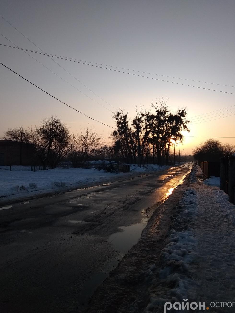 Вулиця Ціолковського під променями сонця більше схожа на річку