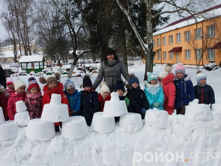Зимові ігри: у дитсадках Острога будували снігові фортеці