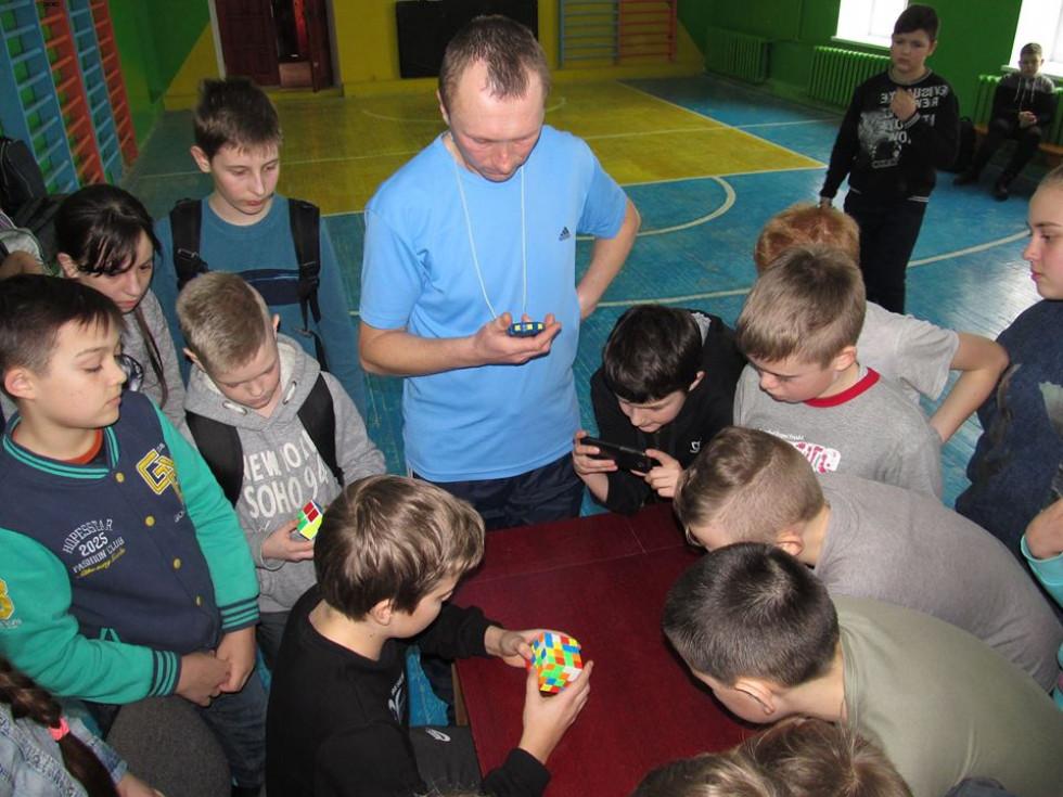 Змагалися на швидкість у складанні кубиків Рубика різної складності