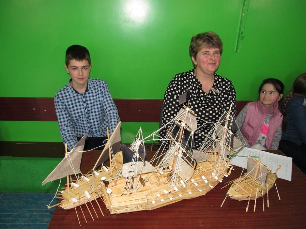 Ігор Поліщук, учень 8-А класу, продемонстрував зроблені власноруч  моделі кораблів