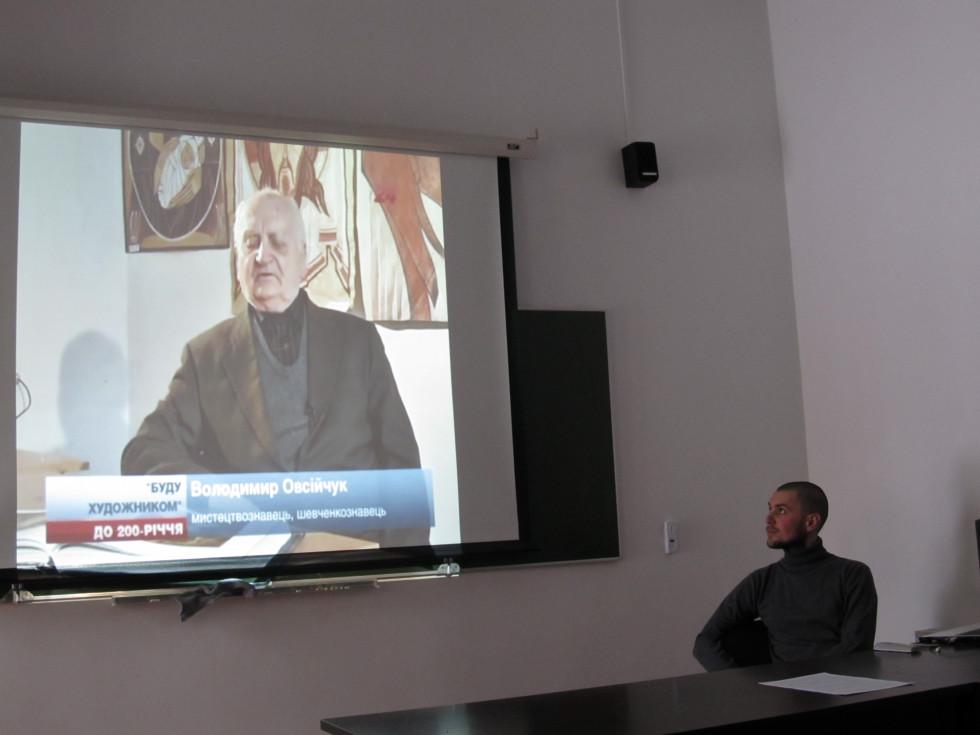 О. Подвишенний разом із аудиторією переглядає відеозапис професора В. Овсійчука