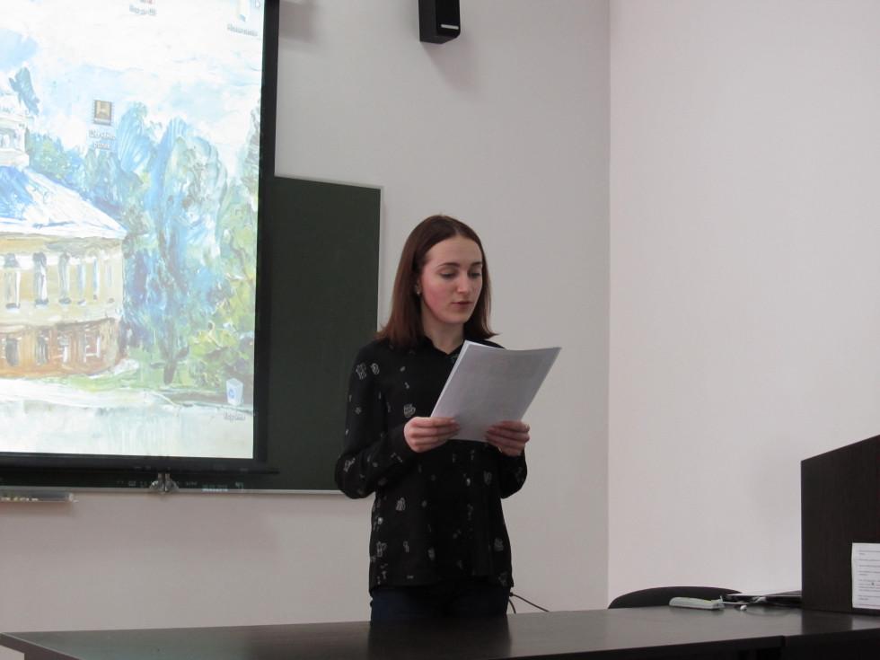 Студентка Ольга Юрчук зачитує уривки з щоденника Шевченка