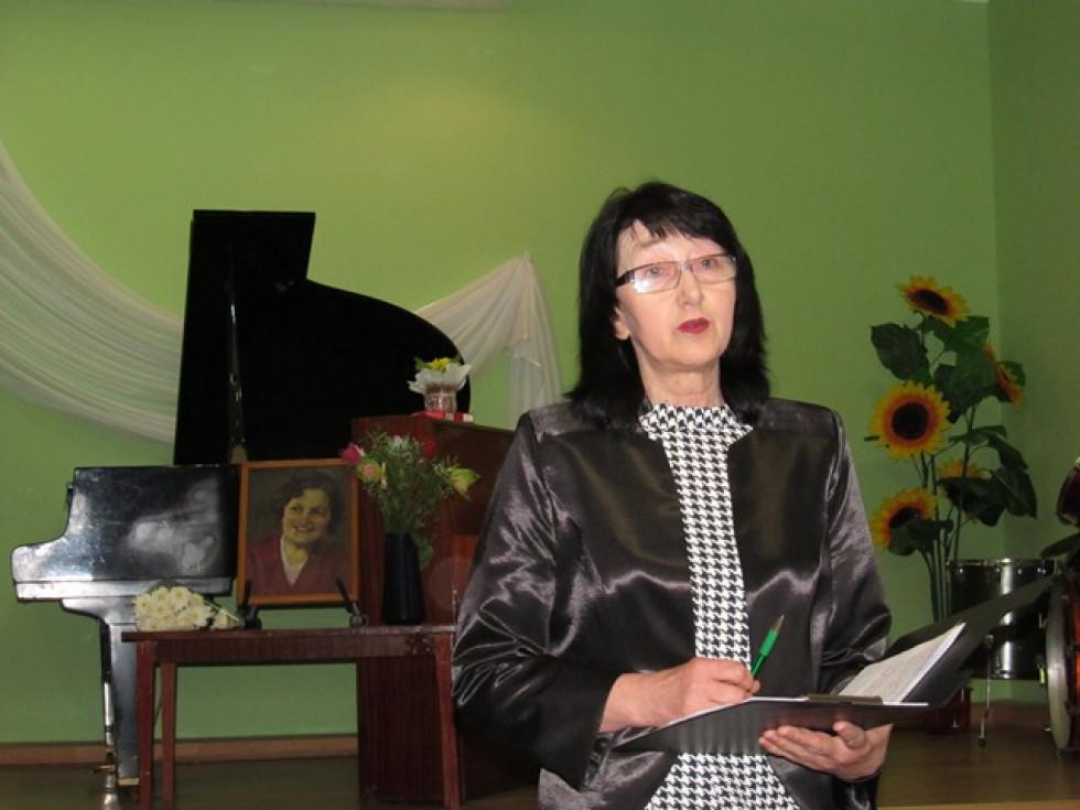 Галина Рудик знайомить учнів ДШМ з біографією Олени Лисяної