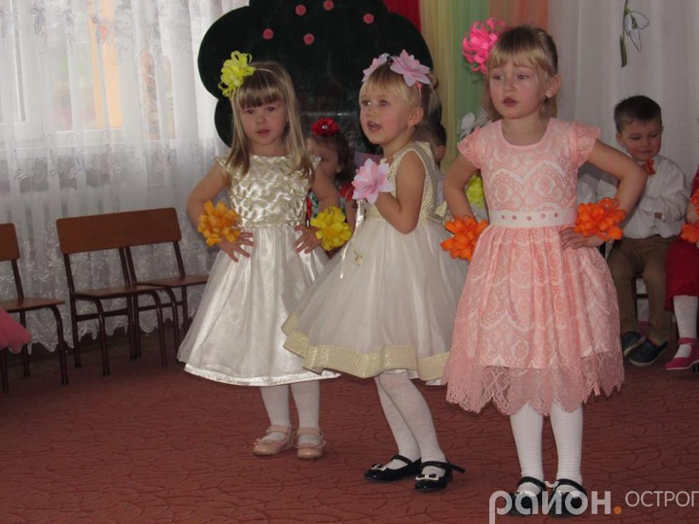 Маленькі принцеси співають пісеньку для своїх матусь