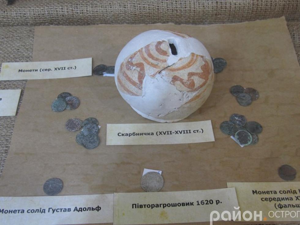 Скарбничка та віднайдені монети