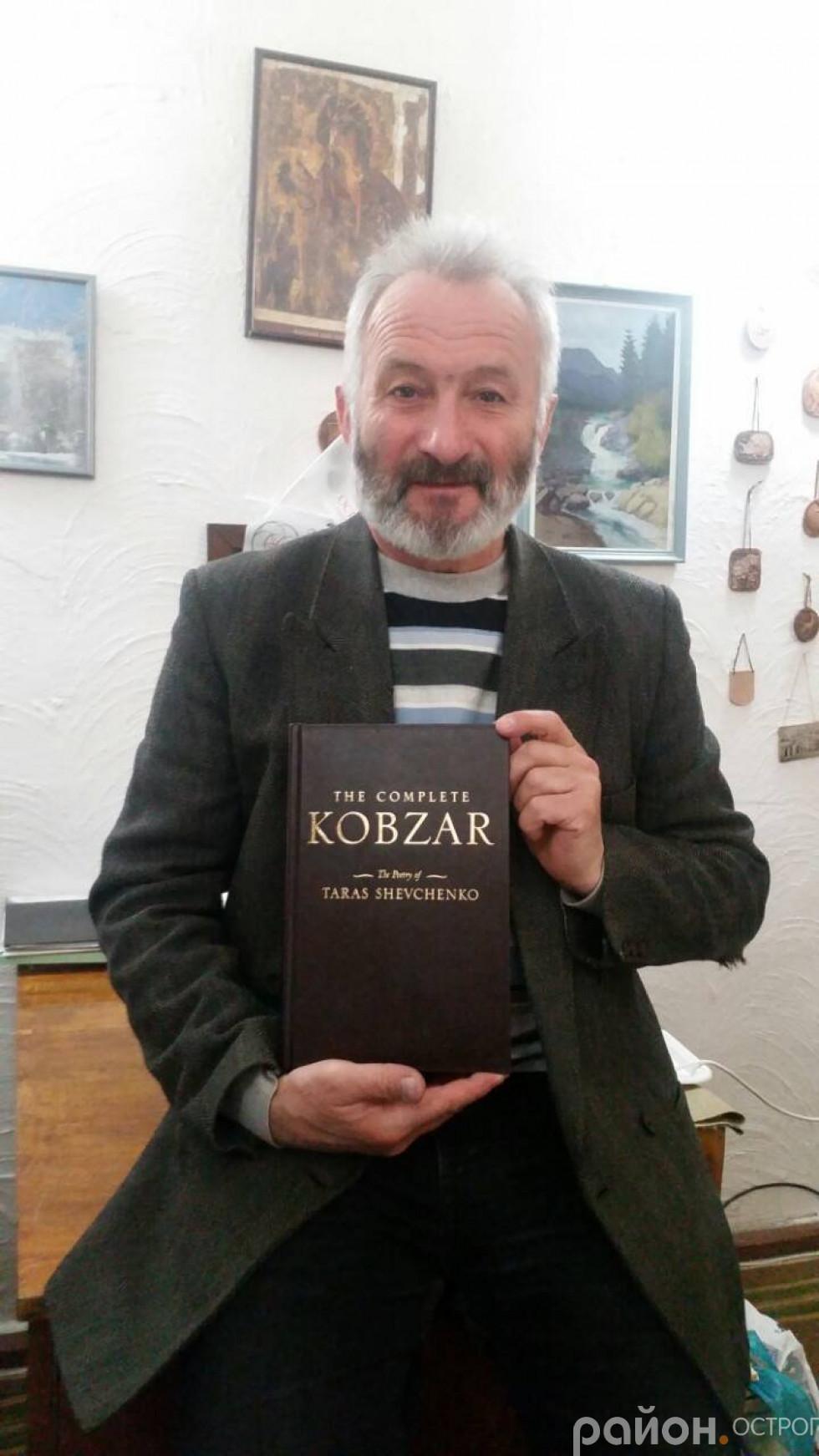 Анатолій Хеленюк із цінним подарунком
