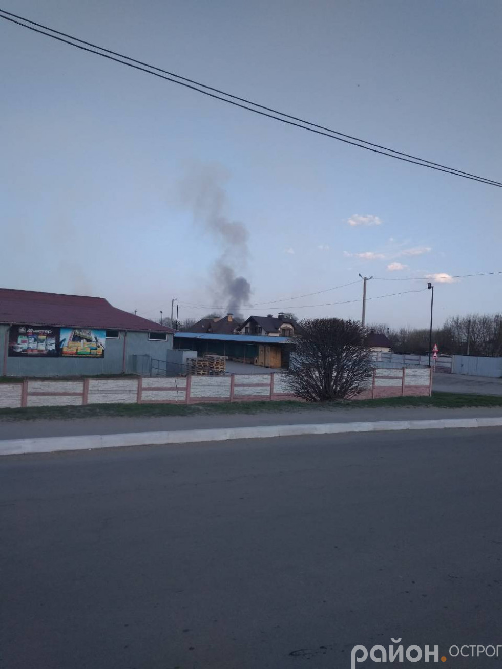 Горить луг, стовп диму видно на Новому місті