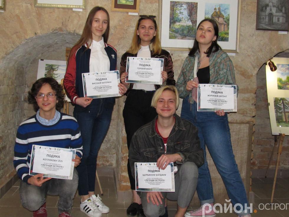 Учасники пленеру з подяками від НаУОА