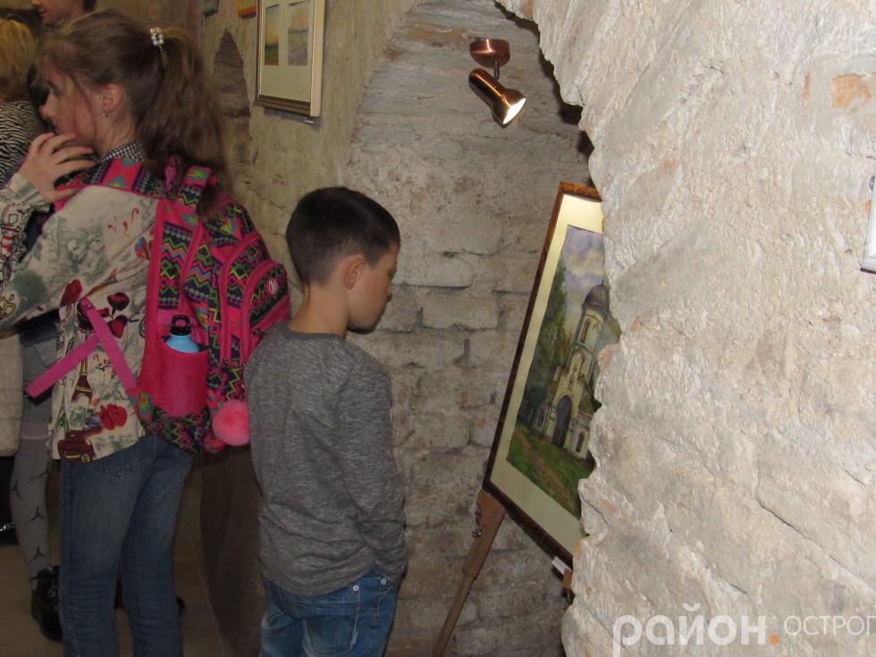 Острозькі школярі розглядають картини
