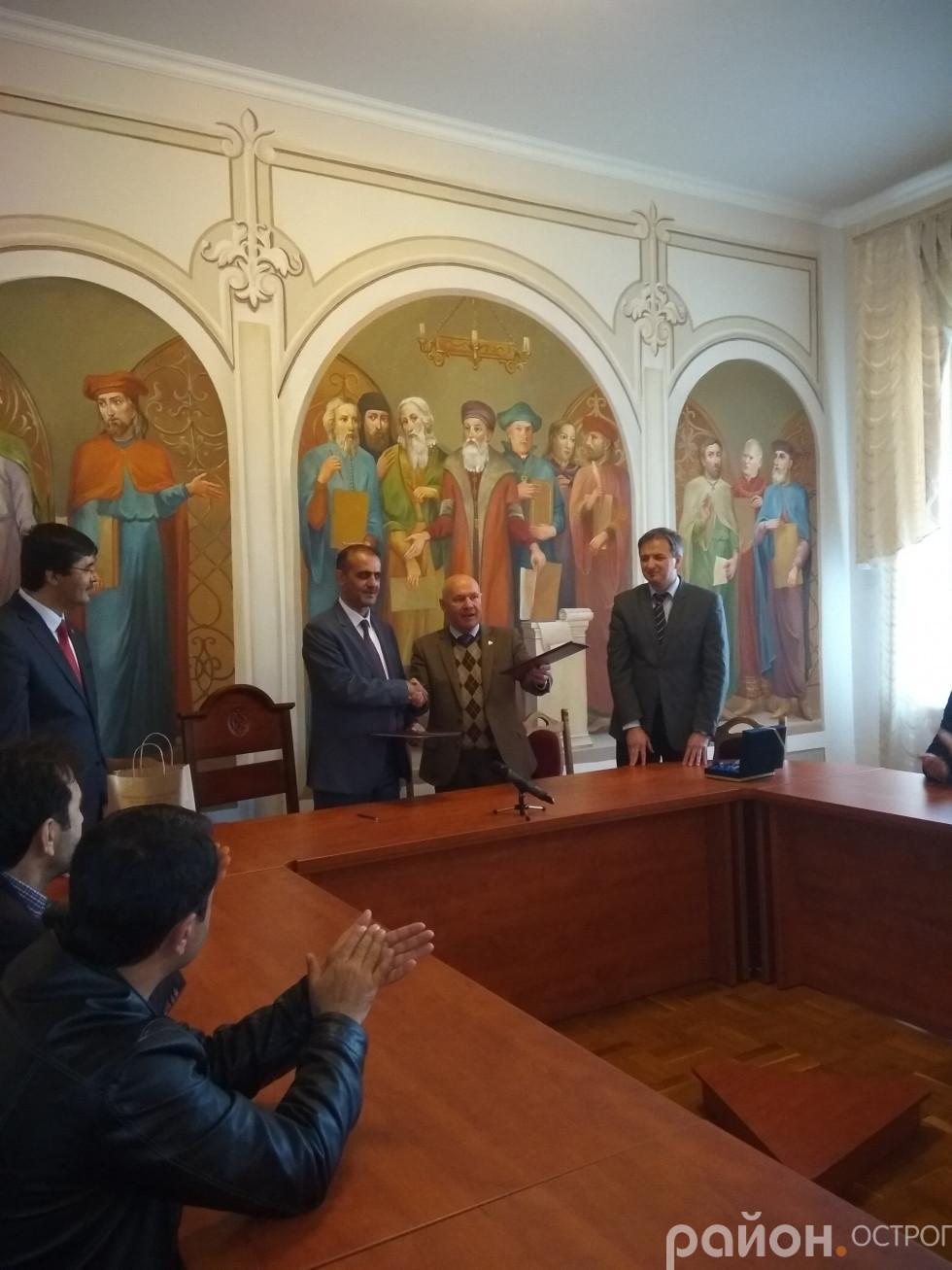 Ігор Пасічник, ректор НаУОА, та Синан Оге, декан теологічного факультету з Туреччини, підписали угоду про співпрацю