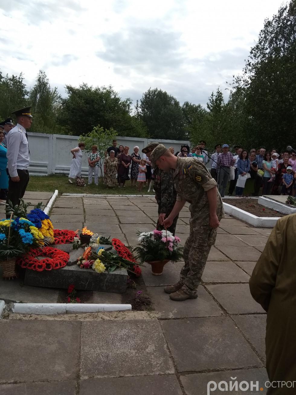 Військові покладають квіти