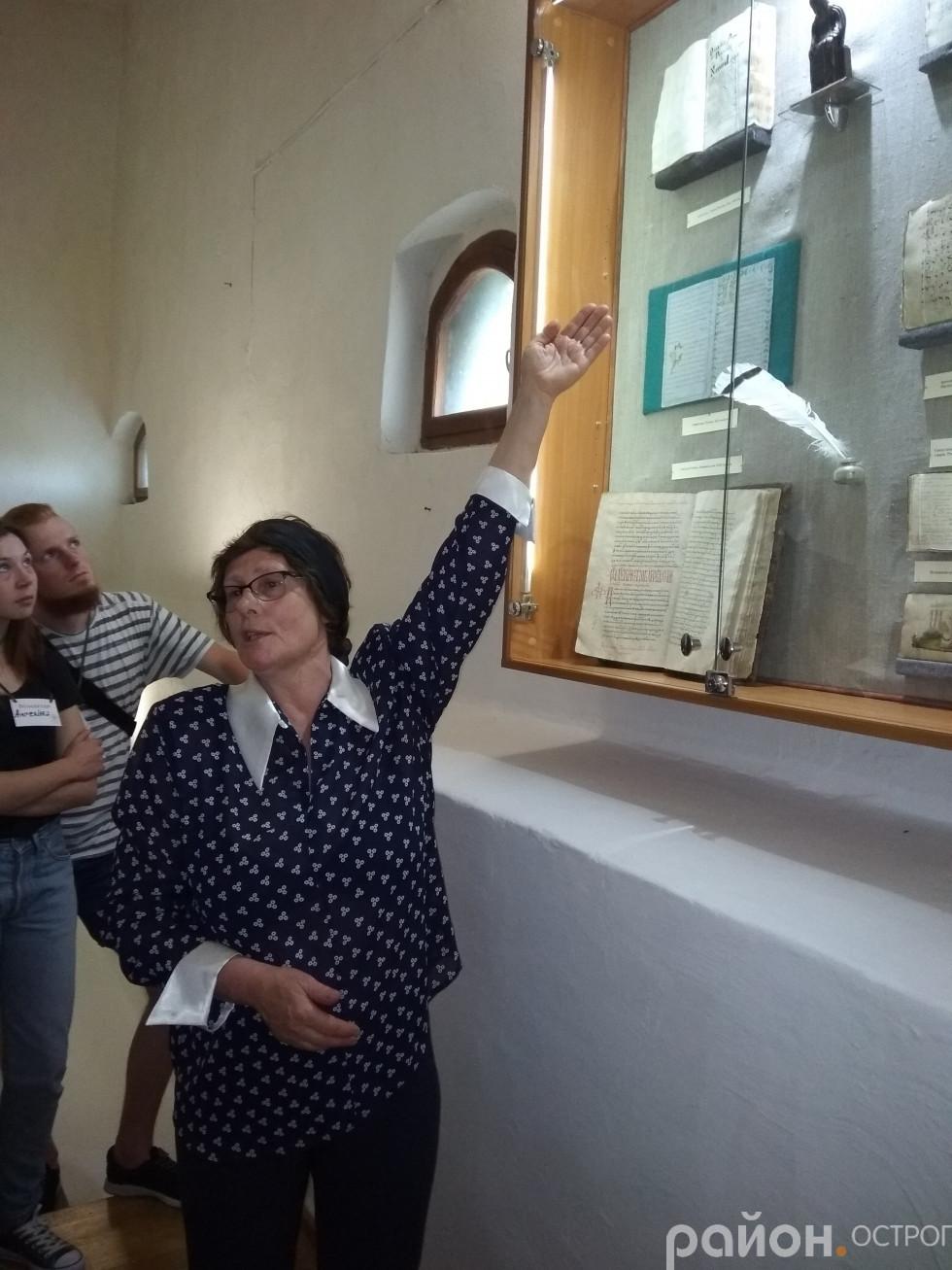 Світлана Позіховська показує експонати Музею книги