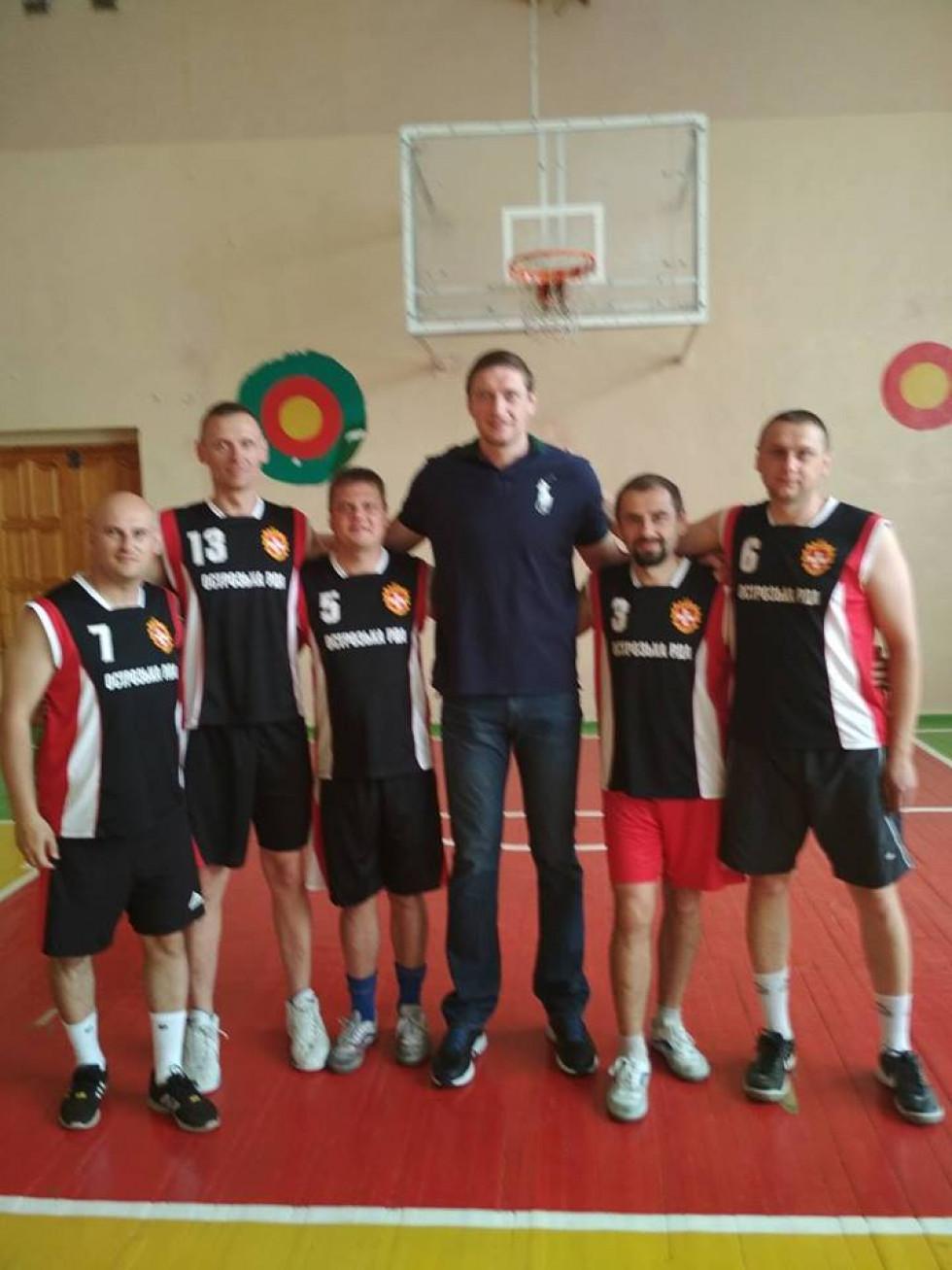 Команда Острозької РДА з легендою баскетболу Сергієм Ліщуком