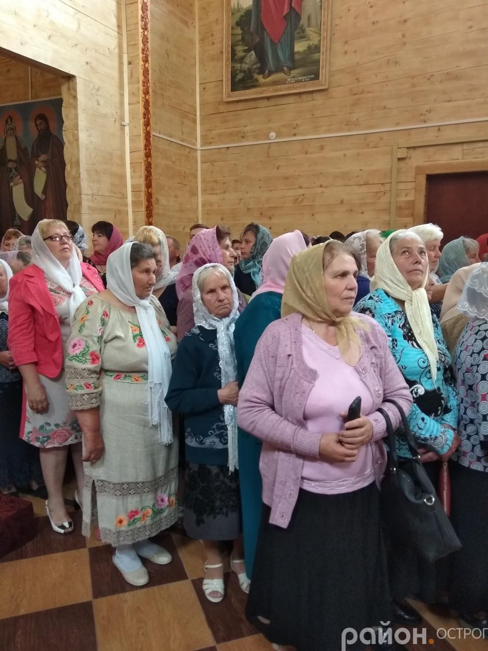Прихожани різного віку прийшли до храму розділити настрій свята