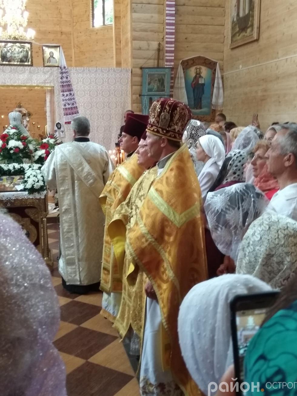 Отець Юрій Лукашик (на передньому плані)