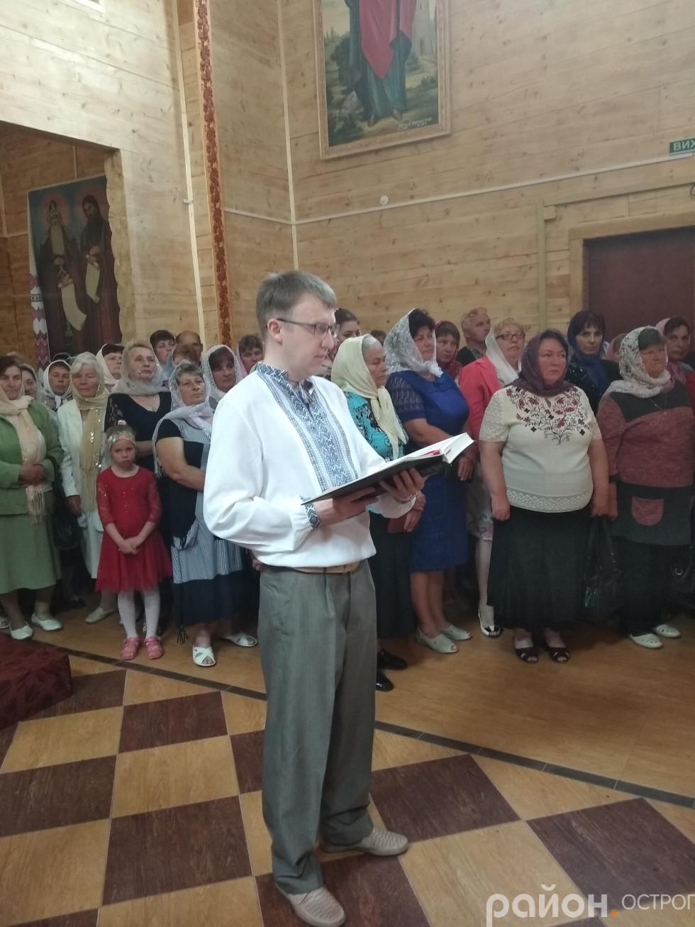 Андрій Смирнов читає Апостола на богослужінні