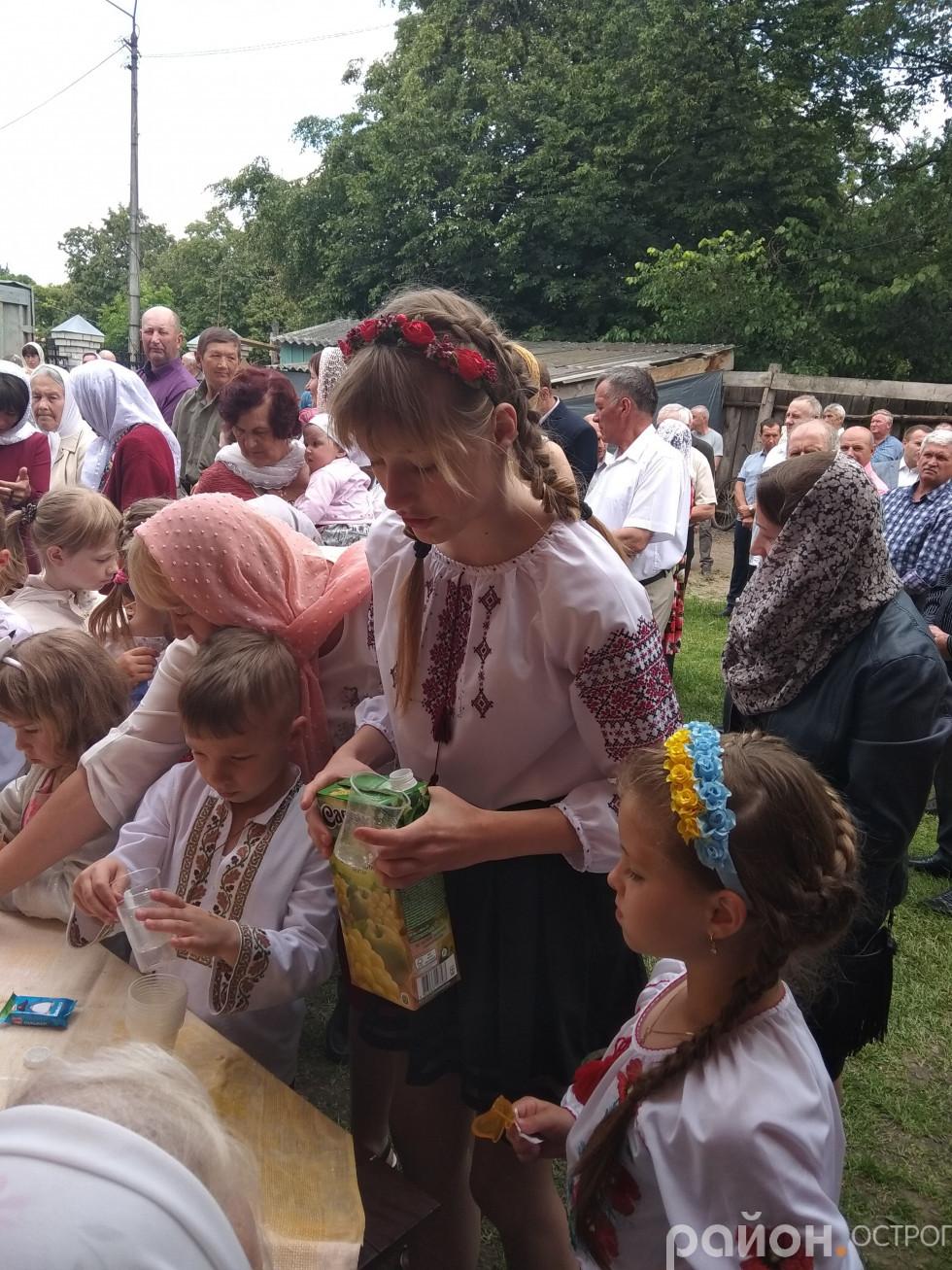Дорослі прийшли до храму разом із дітьми