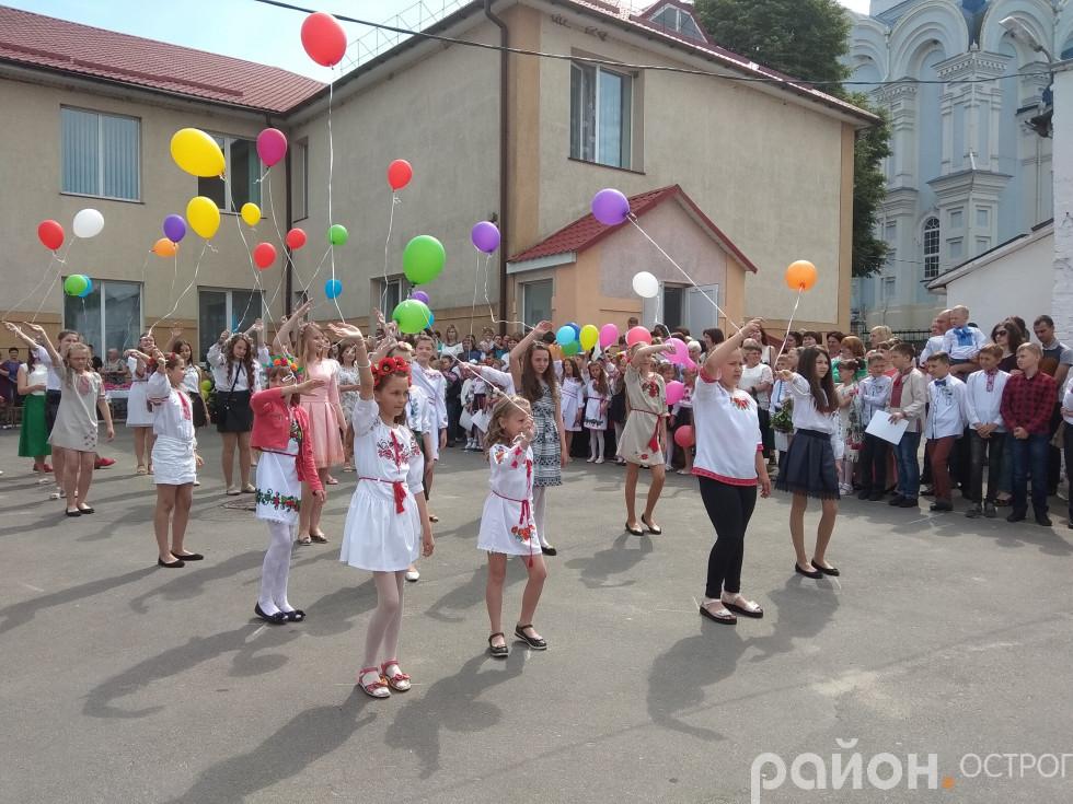 Святковий танцювальний флешмоб від школярок ЗОШ №3