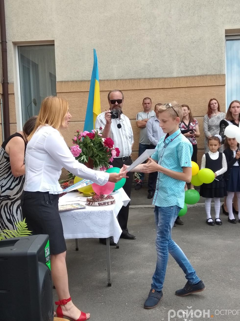Любов Тимчук нагороджує Владислава Матласевича, переможця численних конкурсів