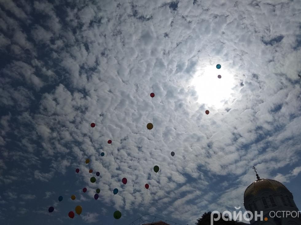 Кульки в небі від випускників ЗОШ №3