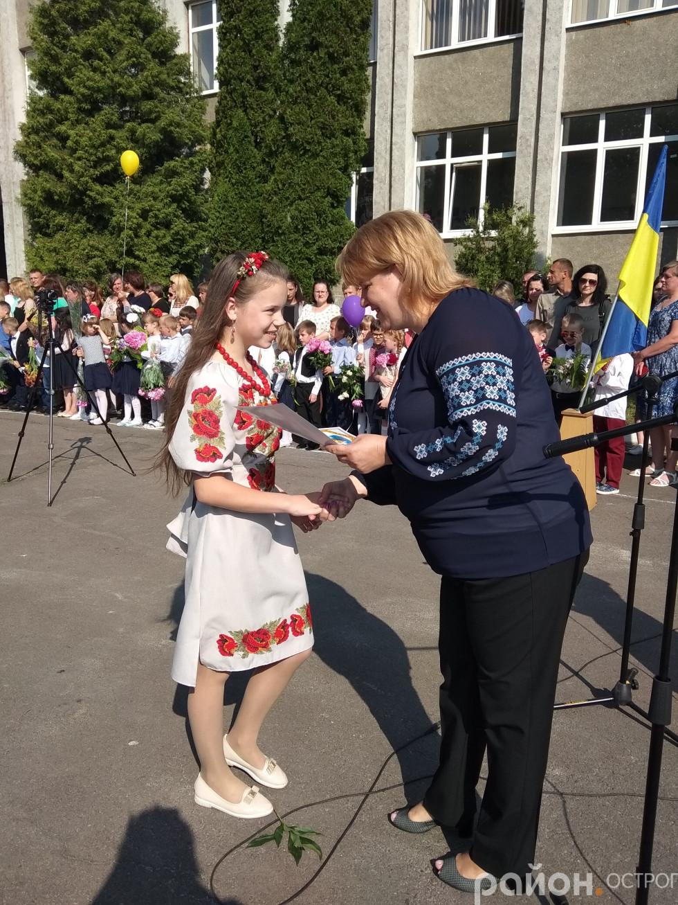 Руслана Лазарчук нагороджує найкращих учнів