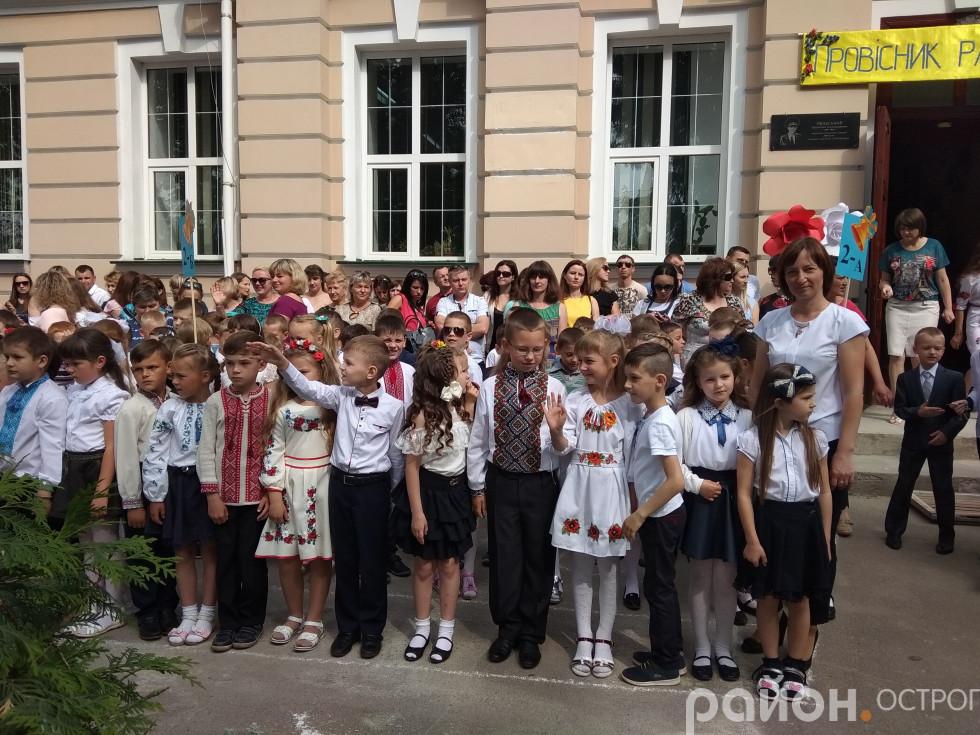Першокласники Острозької гімназії з учителем Оксаною Рудою