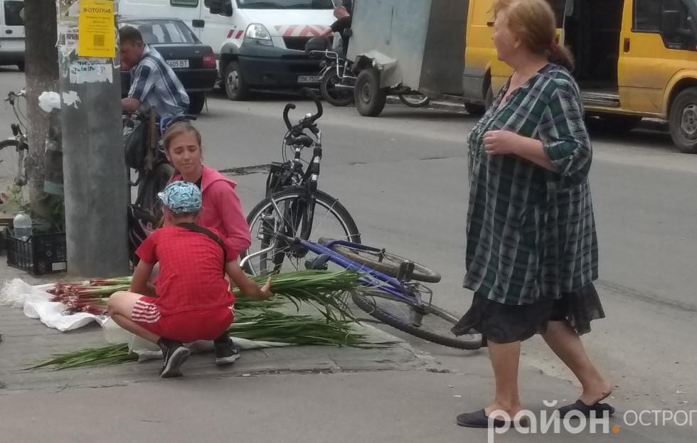 В Острозі лепехою торгують переважно діти
