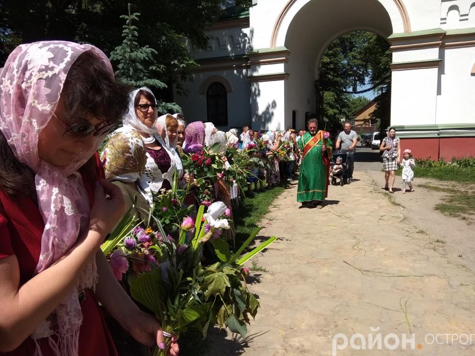 Віряни чекають освячення зілля на подвір'ї Богоявленського собору