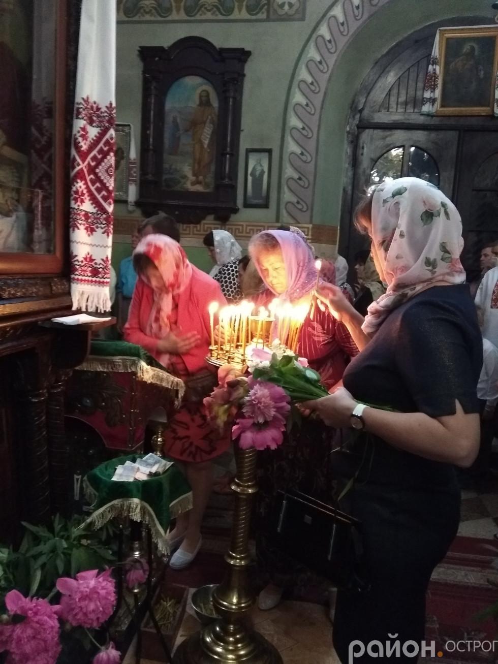 Віряни прийшли до храму з букетами квітів і цілющого зілля