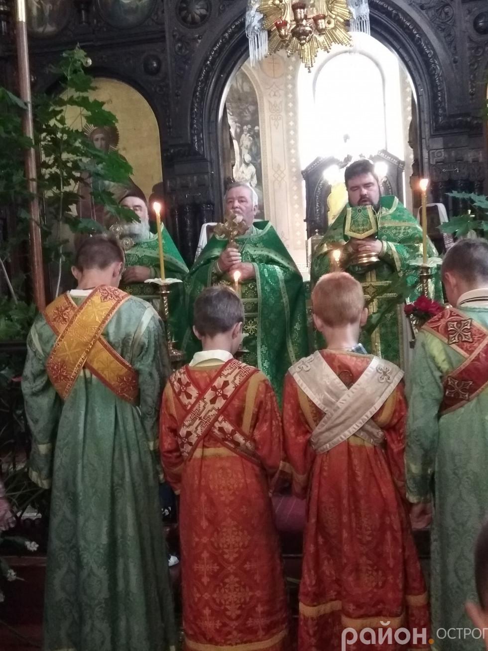 Священики благословляють вірян Богоявленського собору