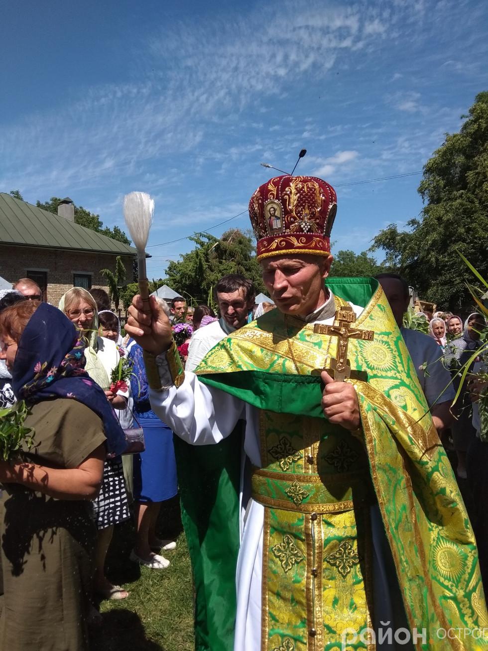 Отець Юрій (Лукашик) освячує принесені квіти й зілля