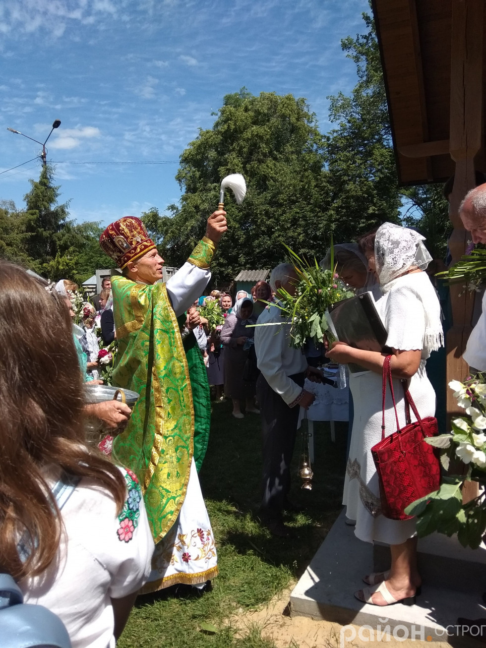 На подвір'ї Свято-Миколаївського собору велелюдно