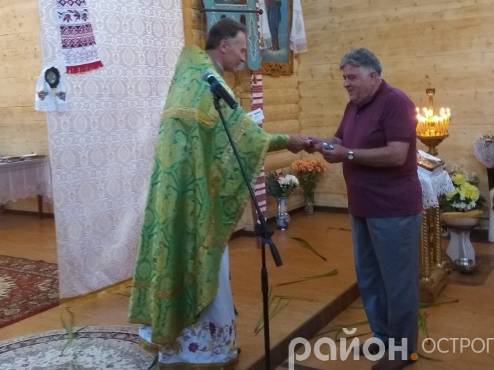 Юрій Лукашик вручає медаль Володимиру Маключенку