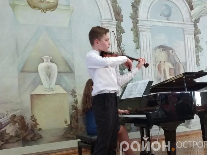 Назар Плиска-Пасічник виступає в актовому залі Острозької академії