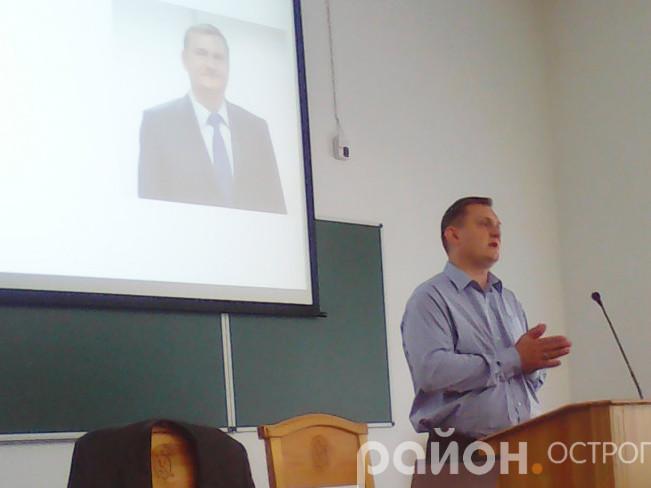 Юрій Войтенко читає лекцію студентам