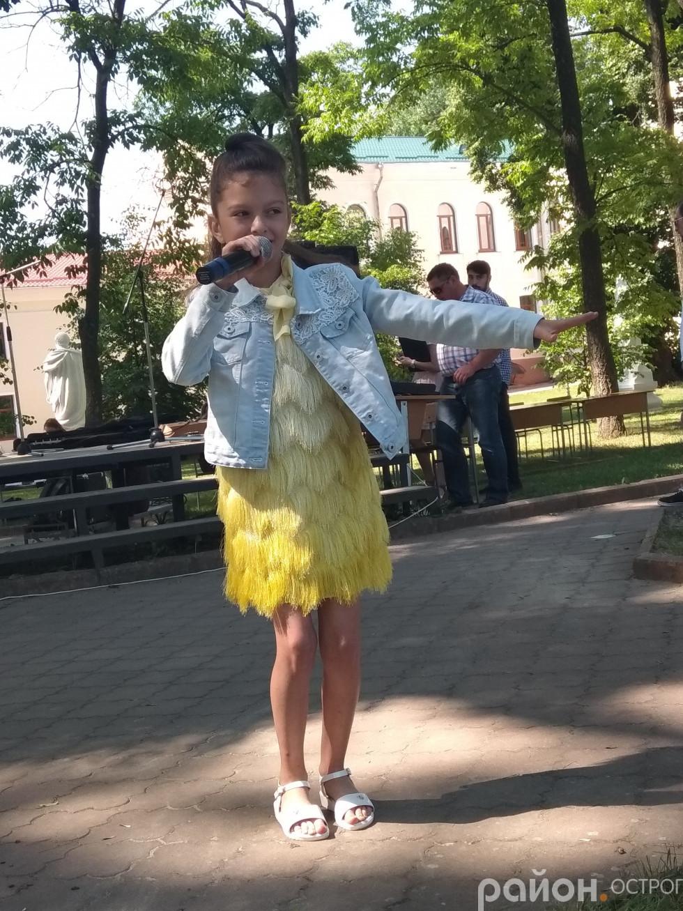 Випускників вітає юна співачка Оля Свинарчук