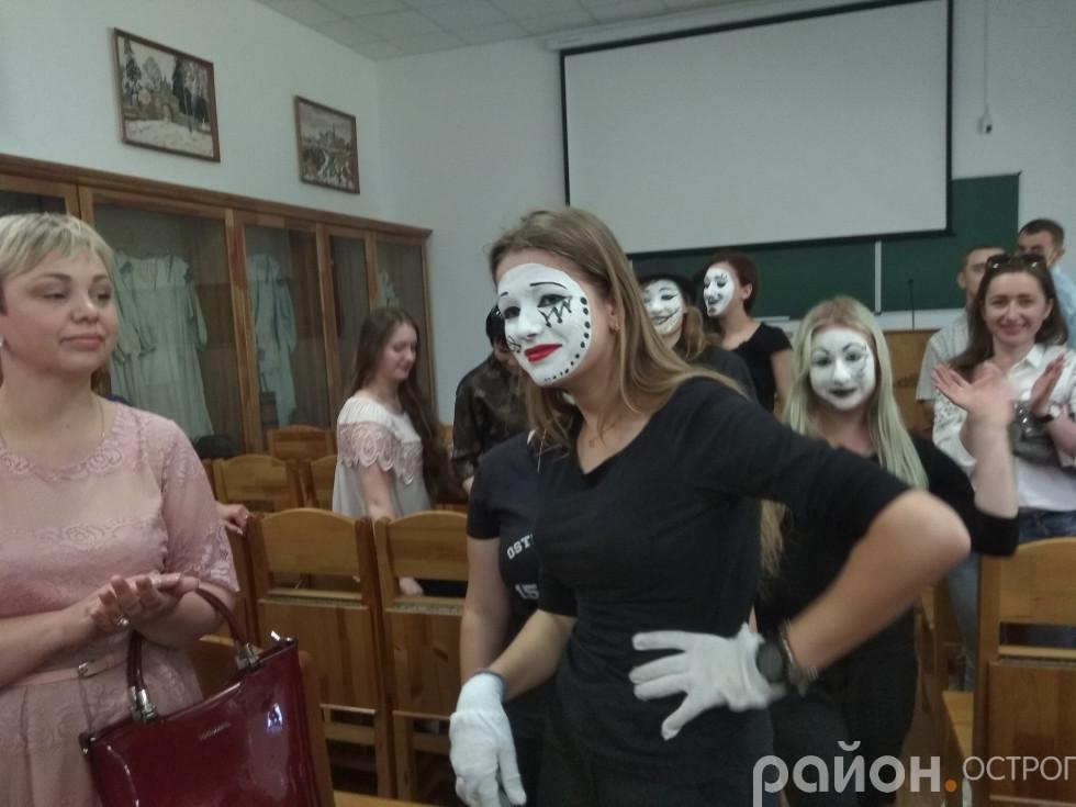 Веселі міми зустрічають гостей Острозької академії