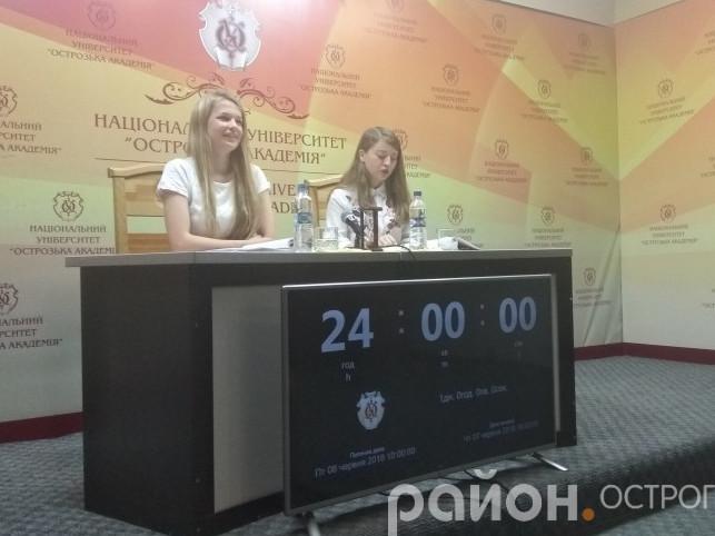Двадцять чотири доби безперервного читання вірші. На фото Олександра Вако та Надія Симоненко