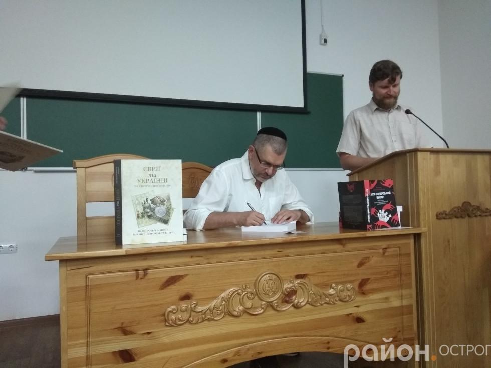 Усі охочі могли придбати книги з автографом