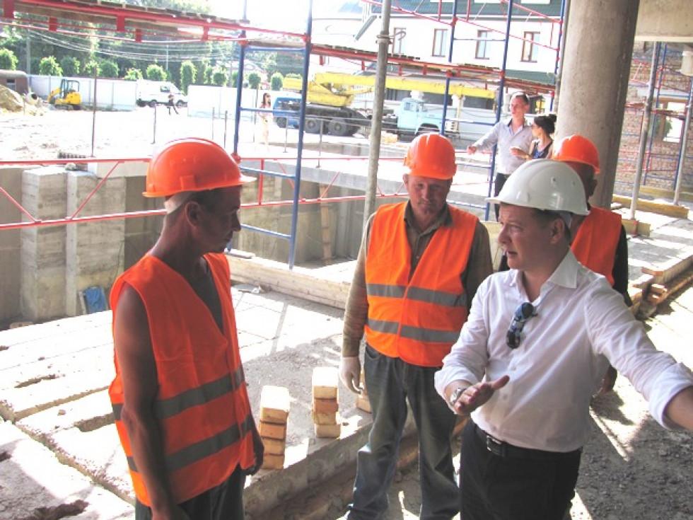 Олег Ляшко спілкується з будівельниками