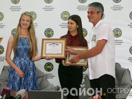 Олександра Вако отримує диплом