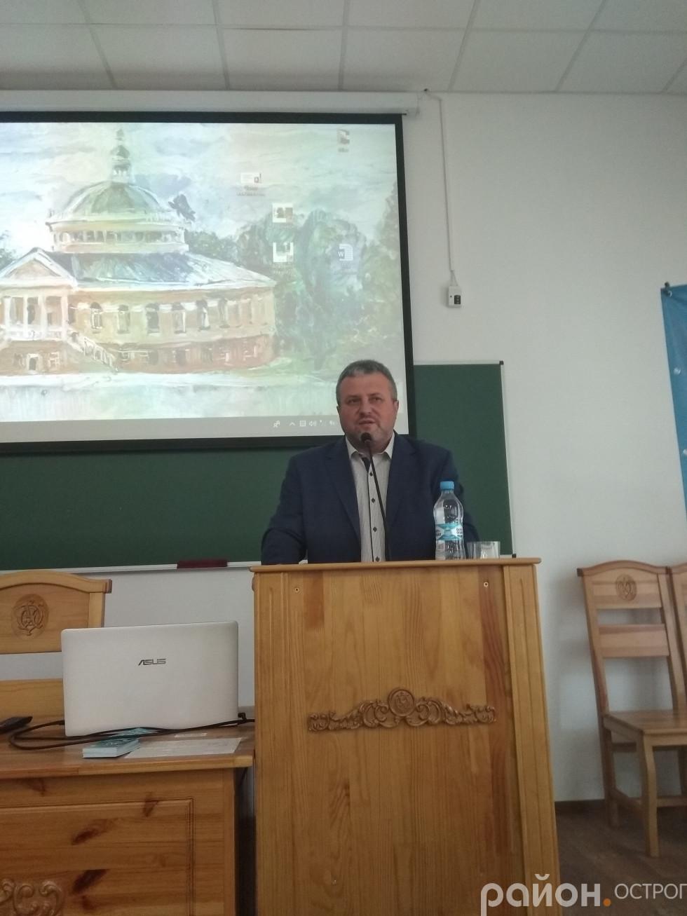 Учасників школи вітає Олег Пекарський