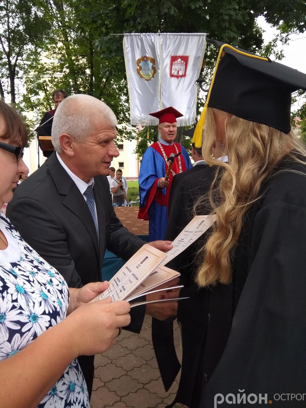Олександр Шикер вручає дипломи
