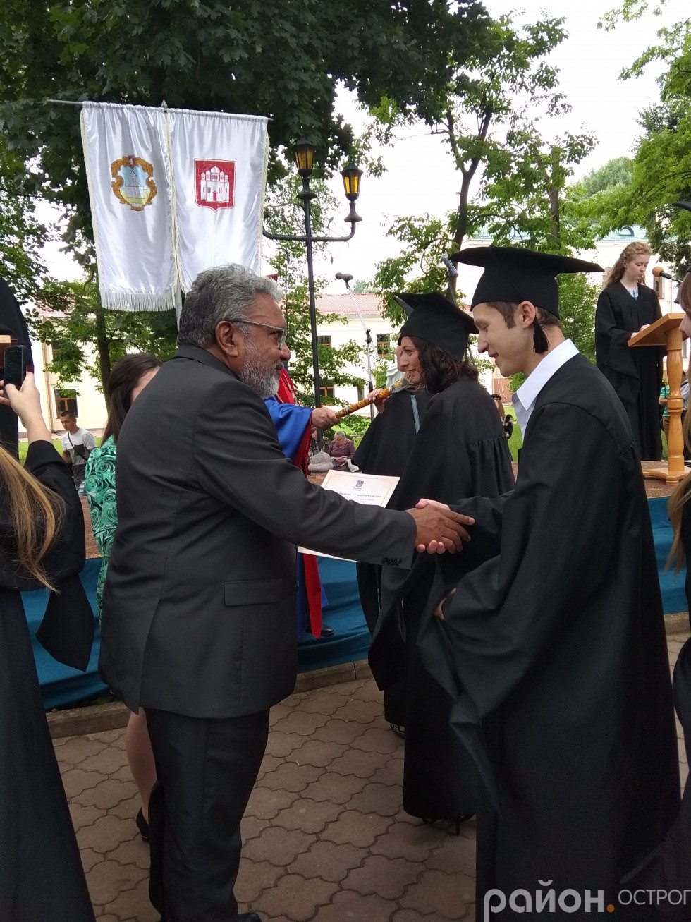 Елайджа Морган вручає дипломи випускникам