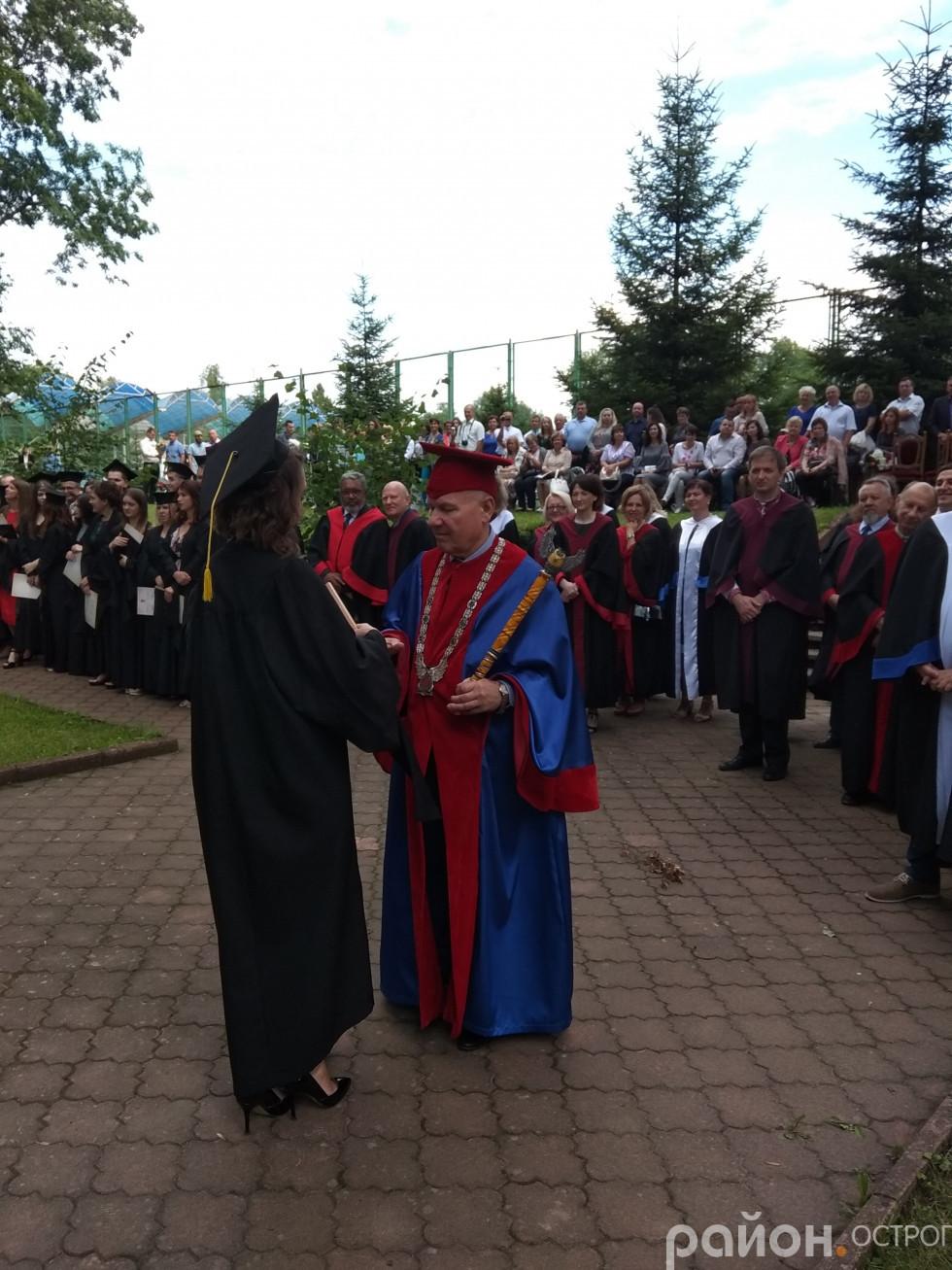 Ольга Хмиз вручає подарунок для університету