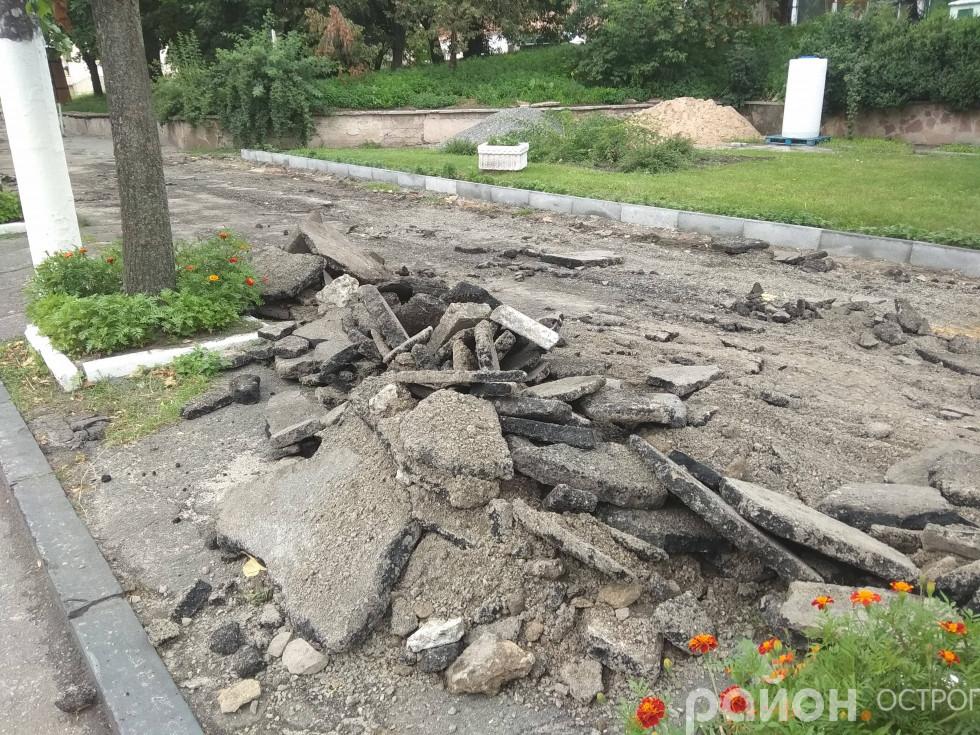 Старе покриття тротуару зняли