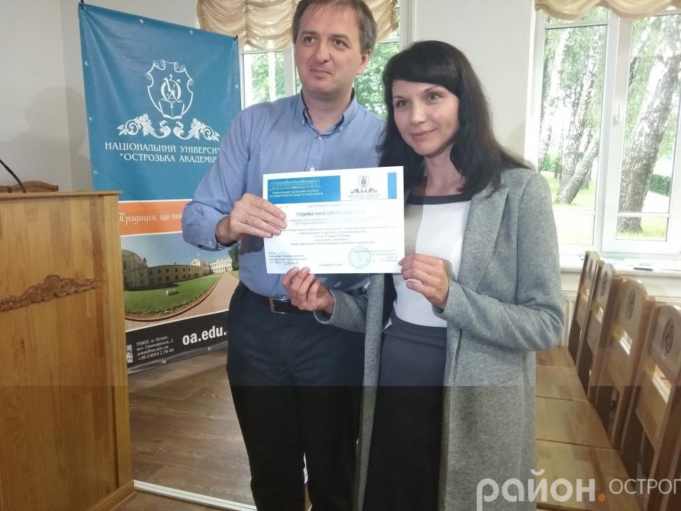 Дмитро Шевчук вручає сертифікати учасникам навчання