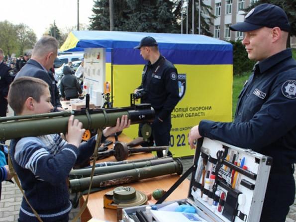 Огляд зброї і спецтехніки в Острозі (квітень 2018 р.)