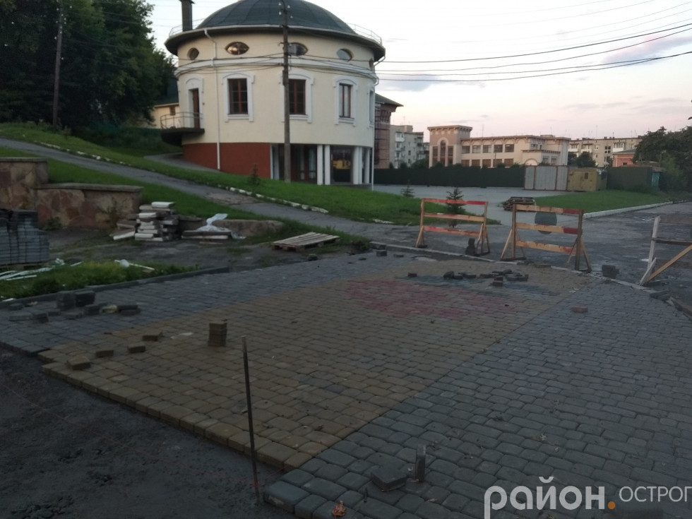 Наразі покладено близько 3 метрів тротуарної плитки біля нового